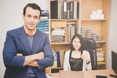 Uomo di affari e personale femminile fotografia stock