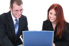 Uomo di affari e squadra di donna che lavora al computer portatile Fotografia Stock