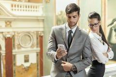 Uomo di affari ed affare che leggono un messaggio di testo Fotografia Stock