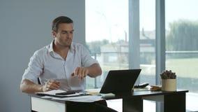 Uomo di affari facendo uso del telefono cellulare per lavoro Telefono di conversazione concentrato delle free lance stock footage
