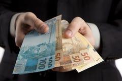Uomo di affari gli che mostra soldi. Fotografie Stock Libere da Diritti