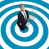 Uomo di affari nel centro dell'obiettivo blu Fotografie Stock Libere da Diritti