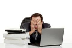 Uomo di affari nel suo ufficio sollecitato Fotografia Stock Libera da Diritti