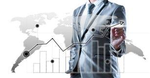 Uomo di affari nel vestito di grey blu facendo uso della penna digitale che lavora con i Di immagine stock