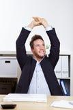 Uomo di affari nell'allungamento dell'ufficio Fotografia Stock