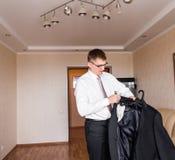 Uomo di affari o vestito d'uso dello sposo sul giorno delle nozze e sulla preparazione Immagine Stock
