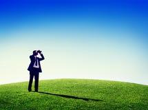 Uomo di affari osservando concetto del telescopio della natura all'aperto Immagini Stock Libere da Diritti