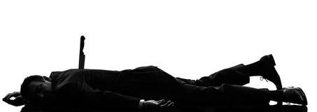 Uomo di affari pugnalato nella siluetta posteriore Fotografia Stock Libera da Diritti
