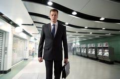 Uomo di affari in sottopassaggio Immagine Stock