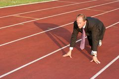 Uomo di affari su una pista corrente pronta a funzionare Immagini Stock