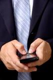 Uomo di affari sul telefono astuto