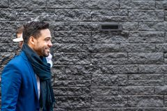 Uomo di affari sul vestito blu che sorride all'aperto fotografie stock libere da diritti