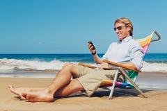 Uomo di affari sulla spiaggia fotografie stock