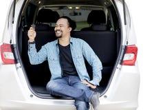 Uomo di afro che gioca nuova chiave dell'automobile Immagine Stock Libera da Diritti