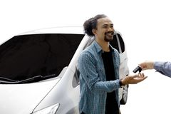 Uomo di afro che ottiene una nuova automobile sullo studio Fotografia Stock Libera da Diritti