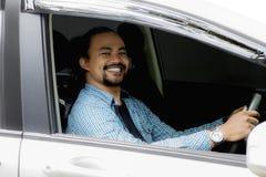Uomo di afro che sorride sulla sua nuova automobile Fotografia Stock