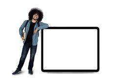 Uomo di afro che sta con lo spazio della copia a bordo Fotografie Stock Libere da Diritti