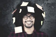 Uomo di afro con la nota appiccicosa su capelli Fotografie Stock