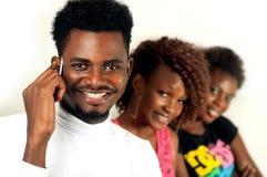 Uomo di afro sul telefono cellulare Fotografie Stock Libere da Diritti