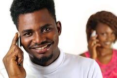 Uomo di afro sul telefono cellulare Fotografia Stock Libera da Diritti