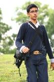 Uomo di aiuto della macchina fotografica con camminare del sacchetto della macchina fotografica Immagini Stock Libere da Diritti