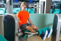 Uomo di allenamento di esercizio di estensione della gamba della palestra Fotografie Stock Libere da Diritti
