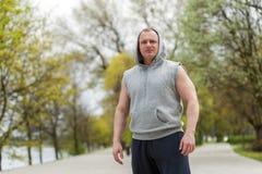 Uomo di allenamento nel riposo del cappuccio esterno Immagine Stock Libera da Diritti