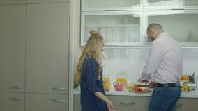 Uomo di amore che cucina la prima colazione di mattina in cucina stock footage