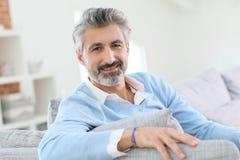 Uomo di 45 anni che si rilassa a casa Fotografia Stock