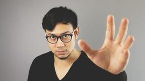 Uomo di Asain con fondo grigio fotografia stock