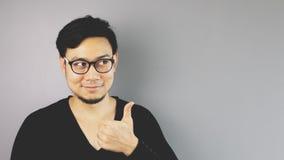 Uomo di Asain con fondo grigio immagini stock libere da diritti