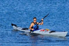 Uomo di Atheltic che kayaking nella baia di missione Fotografia Stock