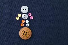 Uomo di bottoni di cucito sveglio Carattere divertente con il bottone bianco del cuore di amore fondo viola del tessuto macro vis Fotografie Stock Libere da Diritti
