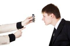 Uomo di Busines che osserva sullo schermo del telefono Immagine Stock Libera da Diritti