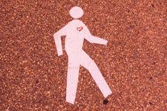 Uomo di camminata con cuore fotografia stock libera da diritti