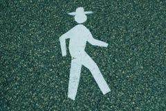 Uomo di camminata con il cappello Immagine Stock