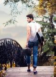 Uomo di camminata con una chitarra fotografia stock libera da diritti