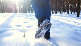 Uomo di camminata del piede della neve archivi video