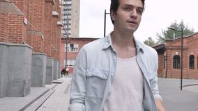 Uomo di camminata nella fretta archivi video