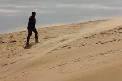 Uomo di camminata in tempesta di sabbia Fotografie Stock