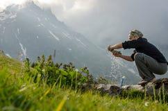 Uomo di campeggio che fa un'escursione la lavanderia di lavaggio Immagini Stock Libere da Diritti