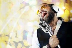 Uomo di Cantante con il microfono Fotografie Stock