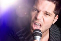 Uomo di canto in riflettore Fotografia Stock Libera da Diritti