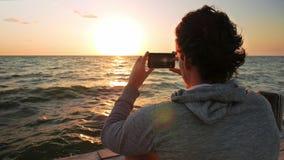 Uomo di Caucausian che fotografa alba stock footage