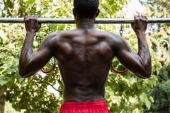 Uomo di colore atletico che posa in un parco della città Fotografia Stock