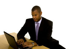 Uomo di colore che digita sul computer portatile fotografia stock libera da diritti