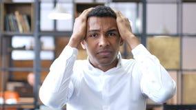 Uomo di colore che reagisce alle notizie di perdita di affari Fotografie Stock Libere da Diritti
