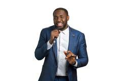 Uomo di colore che sorride e che canta Immagini Stock
