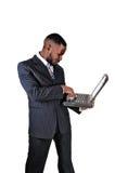 Uomo di colore con il computer portatile. Immagini Stock
