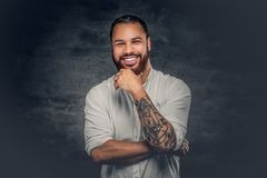 Uomo di colore con il tatuaggio sulle armi fotografia stock libera da diritti